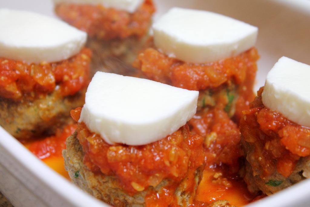 Hackbaellchen-mit-Mozzarella-mit-Mozarelle-belegen