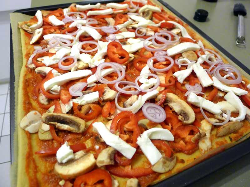Low-Carb-Pizzateig-belegt