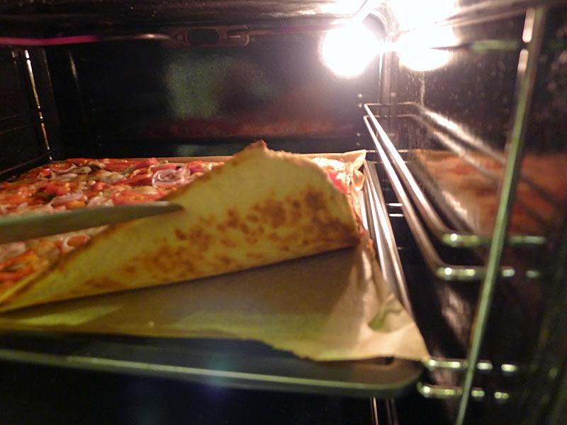Low-Carb-Pizzateig-gebacken