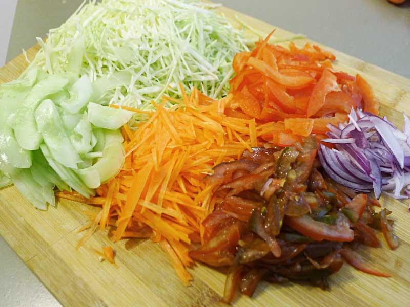 Smoked-Fish-Salad-Gemuese-geschnitten