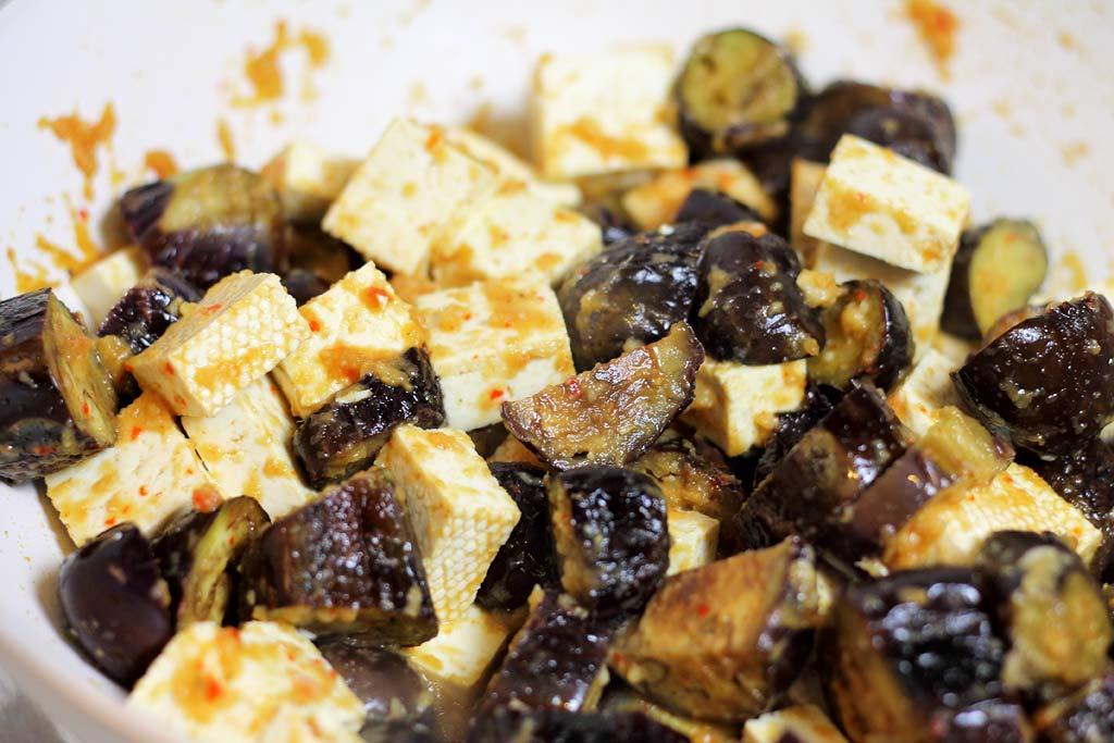Auberginen-mit-Tofu-in-Pfanne