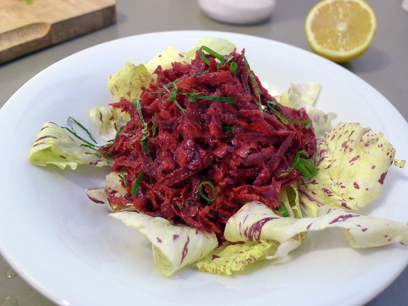 Rotebeetesalat-mit-Zitronenmelisse