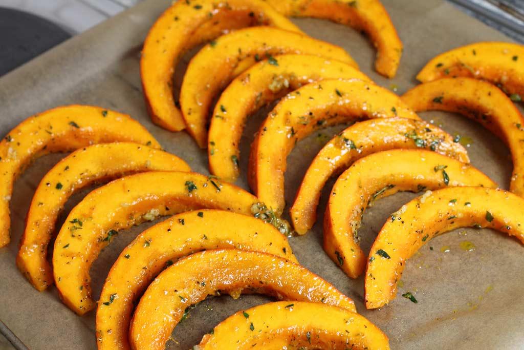 Kuerbis-mit-Tomaten-Paprika-Sosse-und-Lachs-Kuerbis-auf-dem-Blech