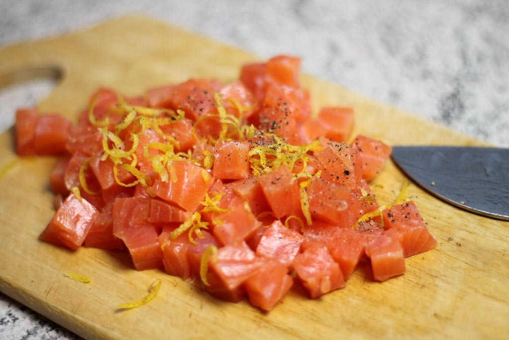 Kuerbis-mit-Tomaten-Paprika-Sosse-und-Lachs-Lachs-mit-Zitrone