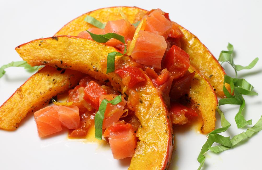 Kuerbis-mit-Tomaten-Paprika-Sosse-und-Lachs