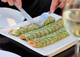 Lachs-Gurken-Rollen mit Macadamia-Paprika-Cremefüllung