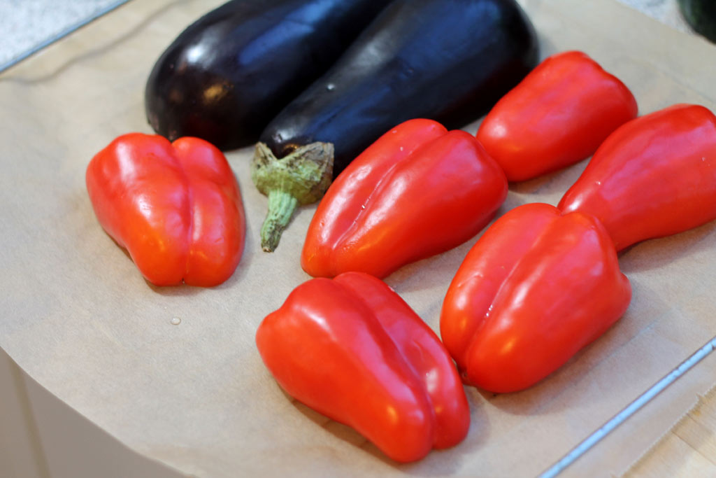 Aberginen-Paprika-Salat-Gemuese-auf-Backpapier