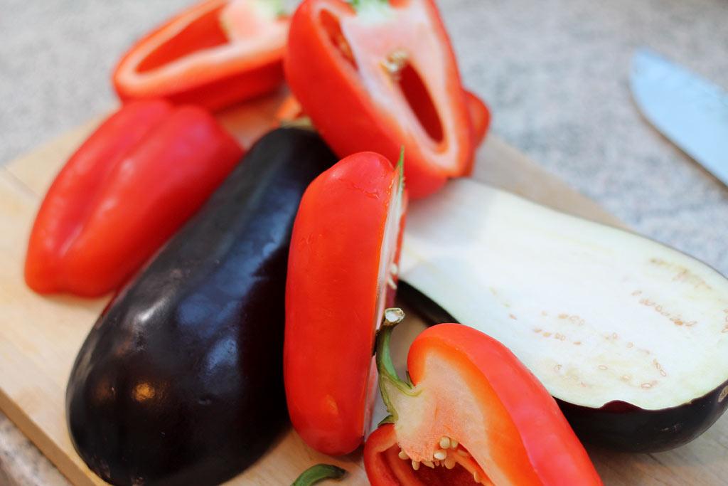 Aberginen-Paprika-Salat-Gemuese-geschnitten
