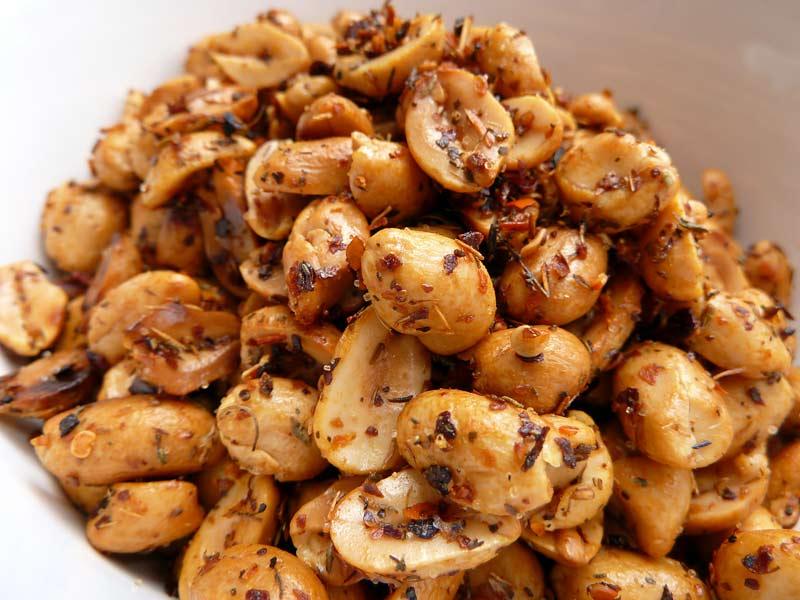 Erdnuesse-mit-Thymian-und-Paprika