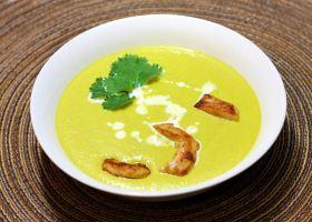 Mandel-Hühnchen-Suppe mit Lauch, Erbsen und Karotte