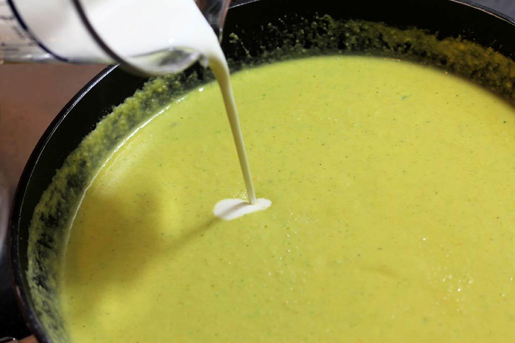 Mandel-Huehnchen-Suppe-Sahne-dazu