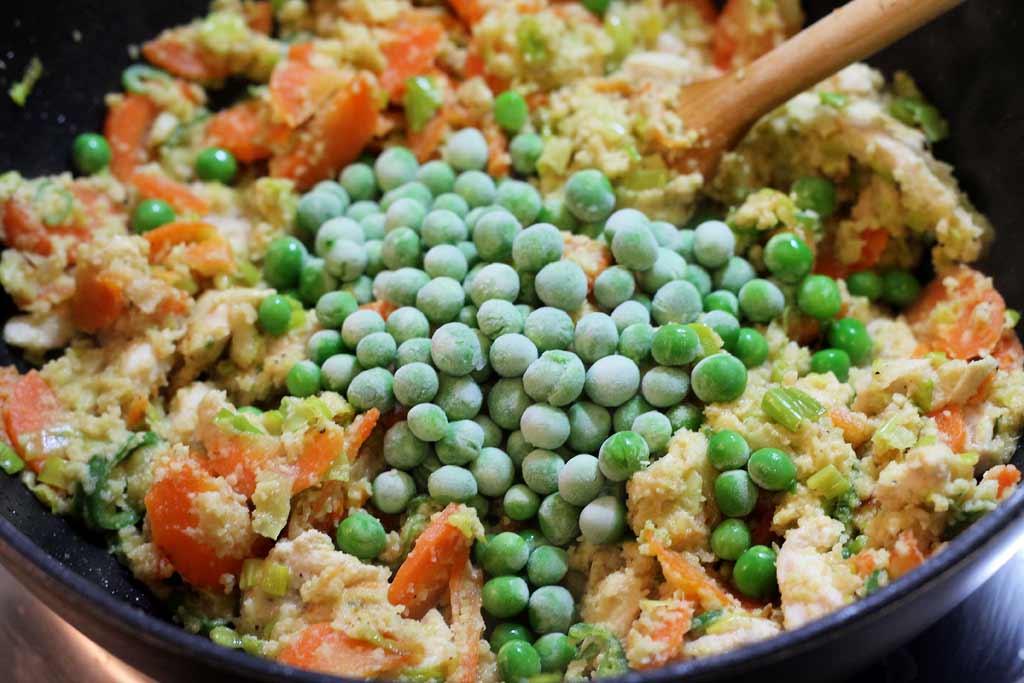 Mandel-Huehnchen-Suppe-Zutaten-im-Topf-angebraten-und-Ebsen