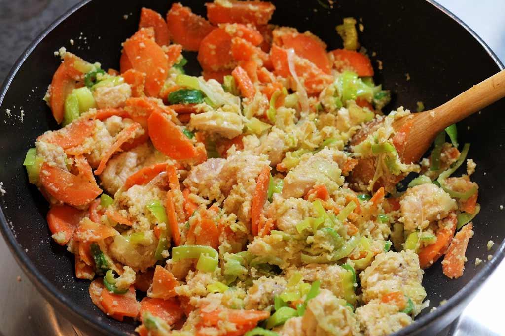 Mandel-Huehnchen-Suppe-Zutaten-im-Topf-angebraten