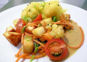 Blumenkohl mit indischem Rahmkäse und knackigem Gemüse