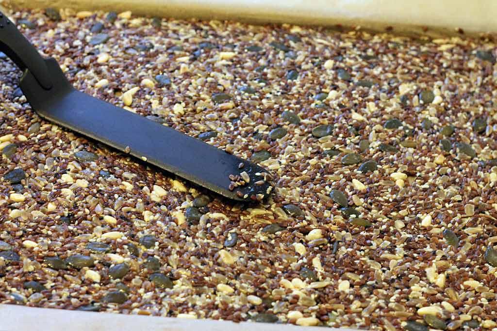 Knaeckebrot-aus-Samen-und-Koerner-Masse-verteilen