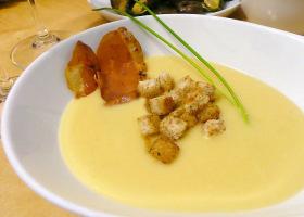 Kartoffel-Pastinaken-Suppe mit Kräutercroutons