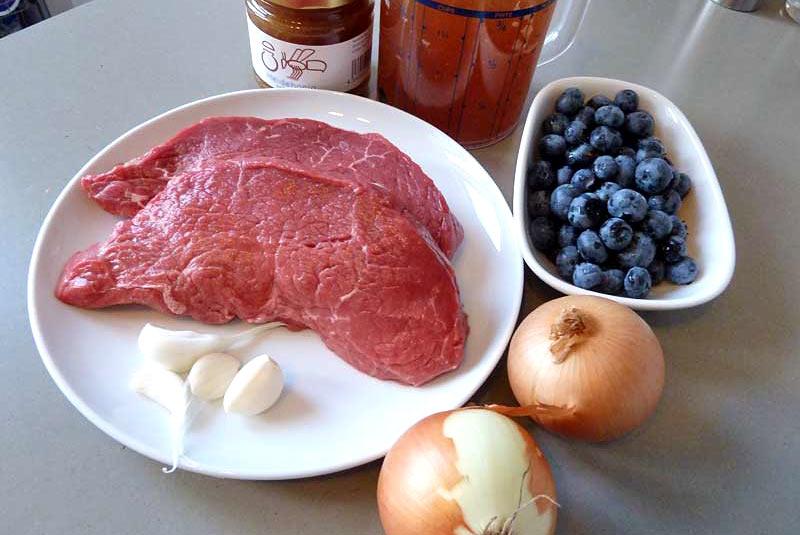 Rindfleischsuppe-mit-Zwiebeln-und-Heidelbeeren-Zutaten