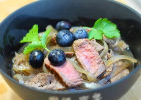 Rindfleischsuppe mit Heidelbeeren