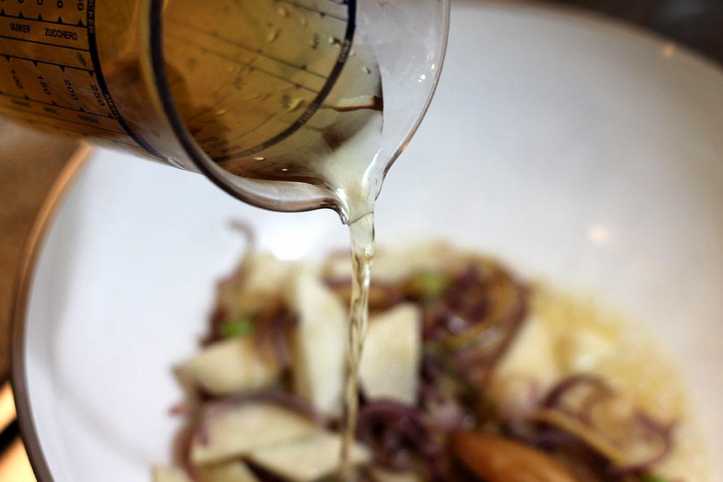 Schnelle-Misosuppe-mit-Konjak-Nudeln-bruehe-angießen