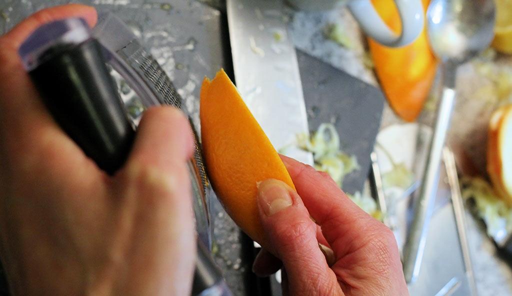 Fenchelsalat-mit-Orangen-und-Walnuessen-Orange-reiben