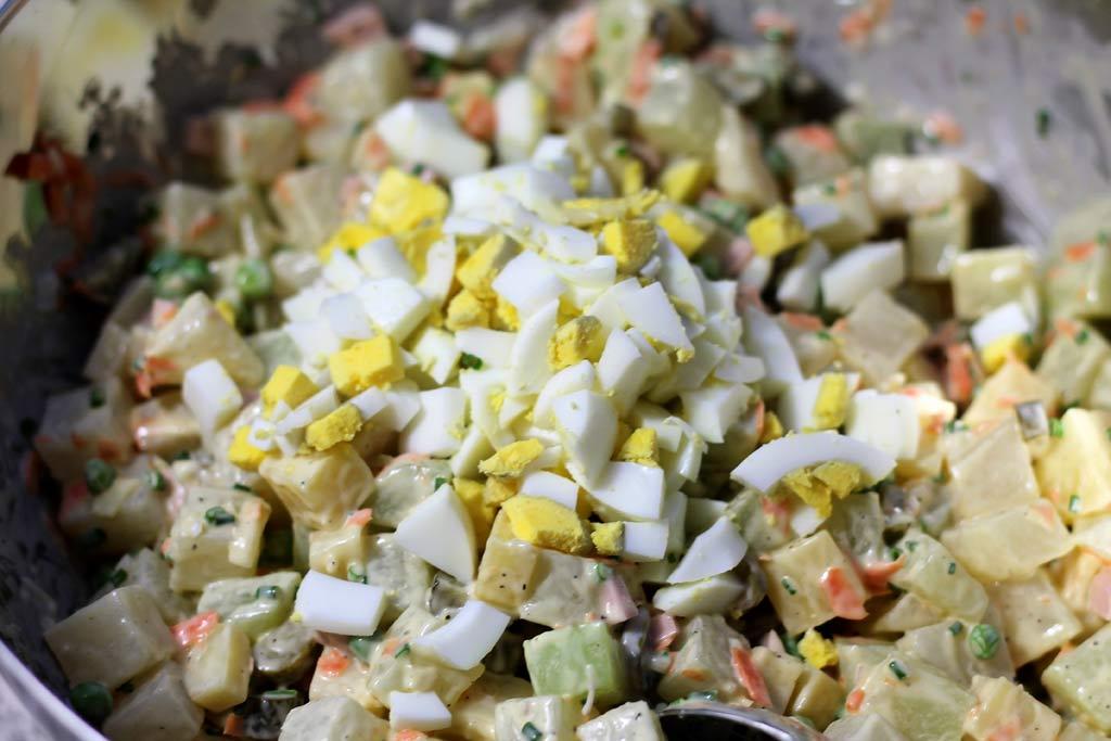 Kohlrabisalat-als-Kartoffelsalat-Alternative-Zutaten-mischen