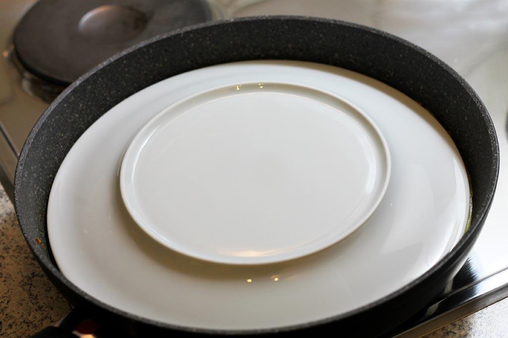 Frittata-mit-Kuerbis-Schinken-und-Kaese-Teller-auflegen
