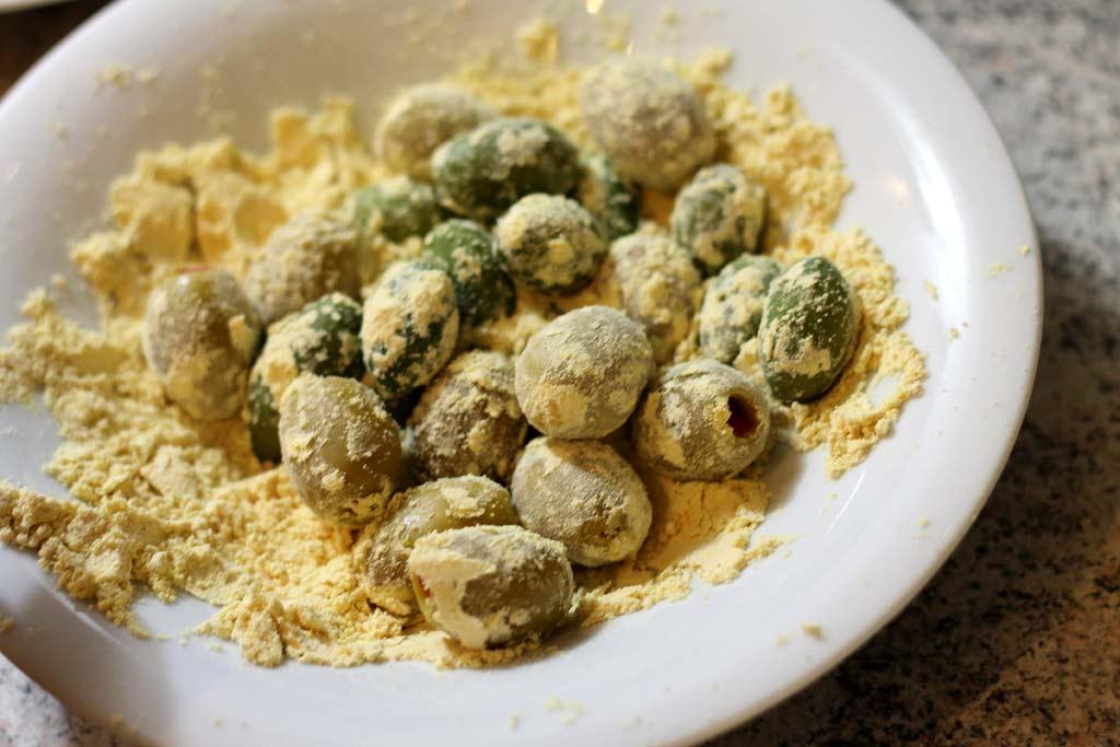 Oliven-in-Mandelpanade-Oliven-mehlieren