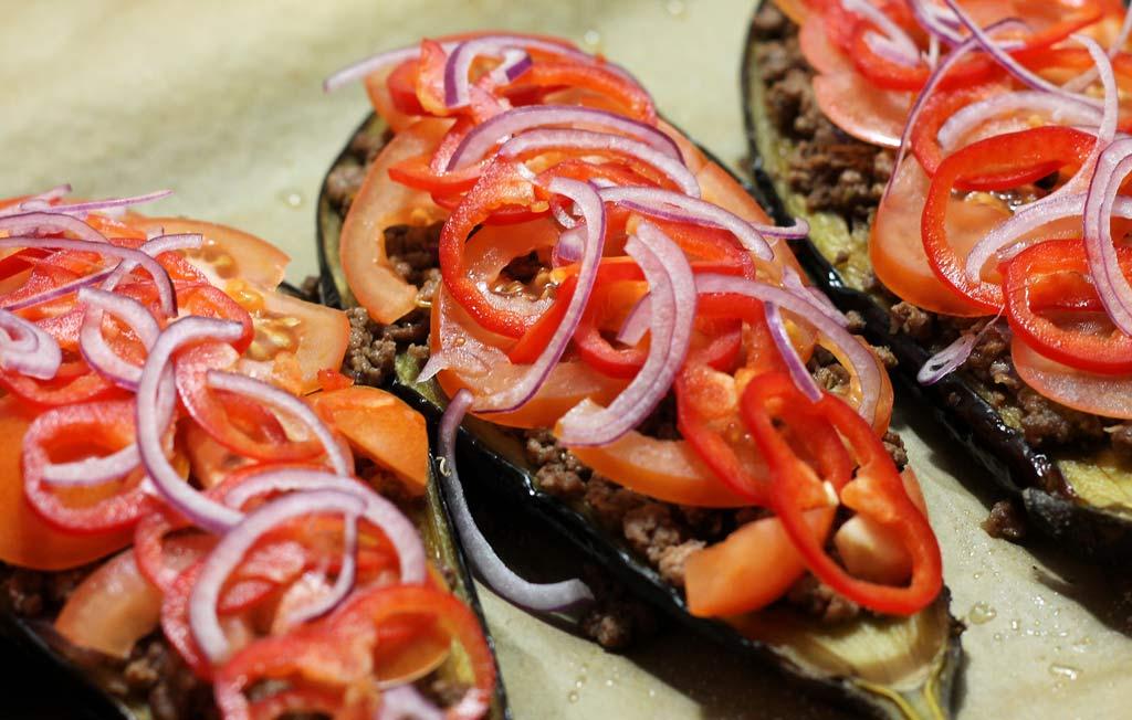 Auberginen-mit-Hackfleisch-mit-Paprika-belegt