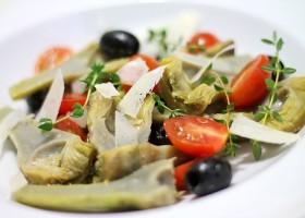 Artischockensalat mit Oliven und Tomaten