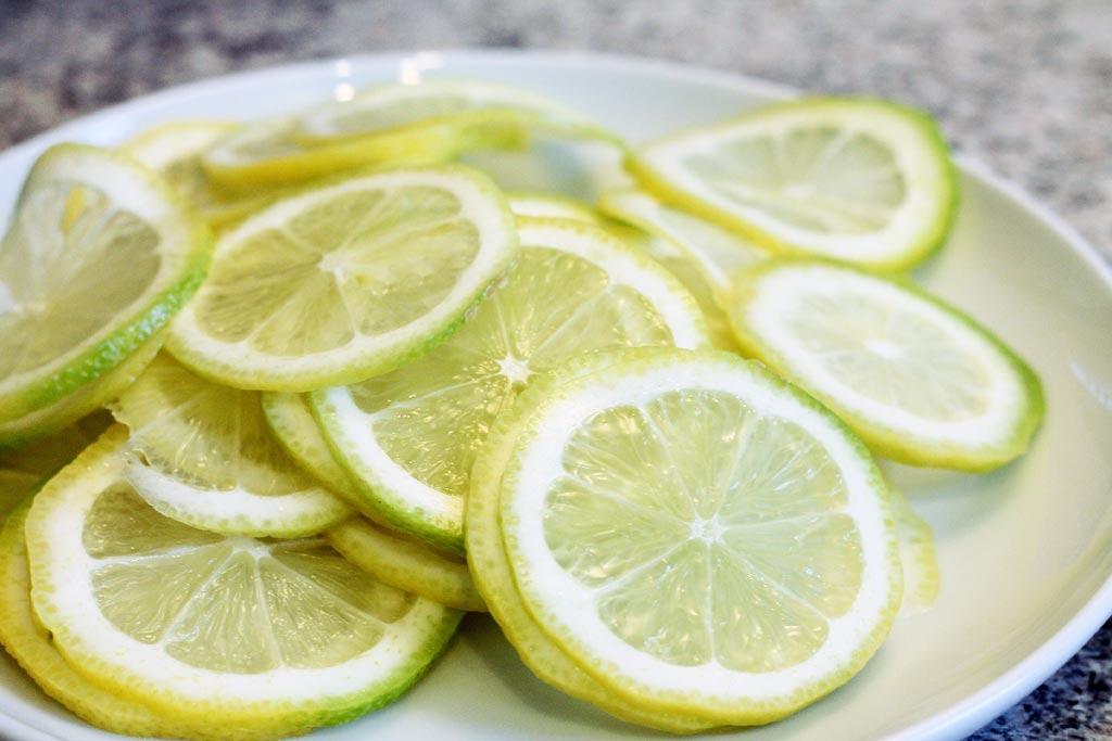 Fischspiesse-mit-Zitrone-Zitrone-geschnitten