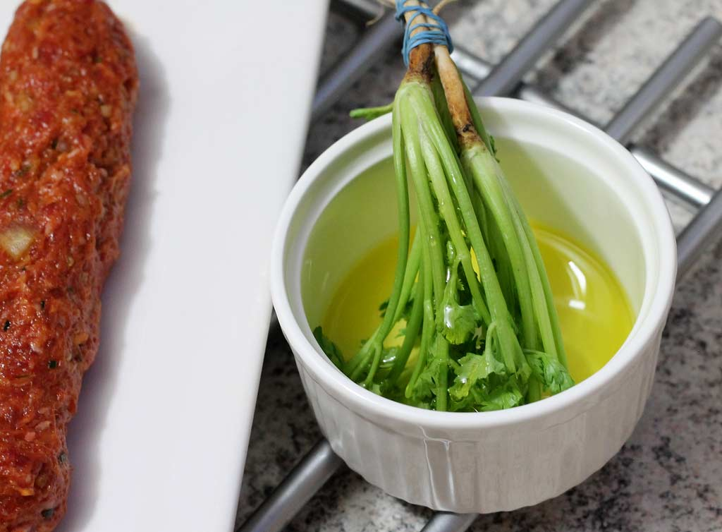 Rinderhackspiesse-auf-Zitronengras-Korianderöl