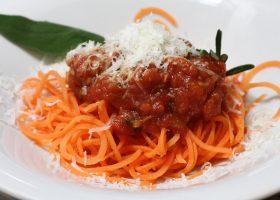 Karottenspaghetti mit würziger Tomatensoße