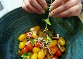 Tomatensalat, gequetscht und mit frischen Kräutern verfeinert