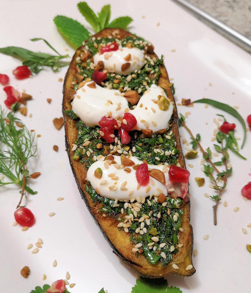 gebackene-aubergine-mit-kraeutern-und-joghurt